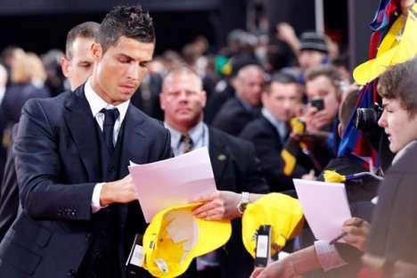 Cristiano Ronaldo assina autógrafos