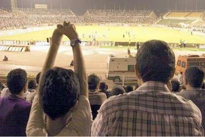 Pai e filho veem jogo de futebol