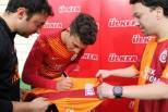 Alex Telles assina camisola do Galatasaray
