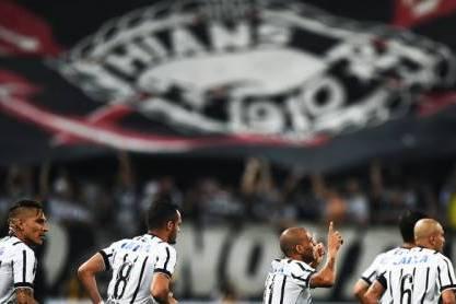 Corinthians (Jogadores festejam com bandeira em fundo)