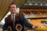 Jeff Shi no estádio do Wolverhampton