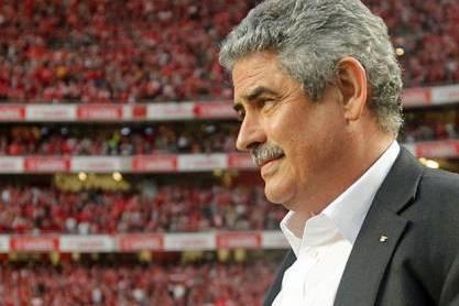 Luís Filipe Vieira (Presidente Benfica com estádio cheio em fundo)