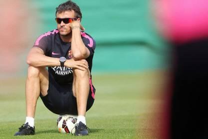 Luis Enrique sentado em treino, com óculos de sol