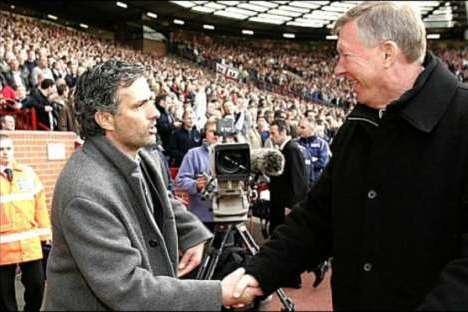 José Mourinho cumprimenta Alex Ferguson