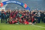Portugal no relvado com taça do Europeu 2016
