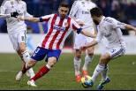 Siqueira (Atlético Madrid) rodeado de jogadores do Real Madrid
