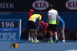 Vídeo: apanha-bolas atingido no ténis