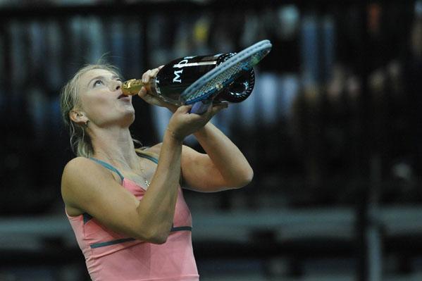 Maria Sharapova bebe de garrafa em jogo de exibição